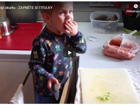 krájení okurky montessori v kuchyni