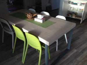jídelní stůl askříňka pro děti vkuchyni