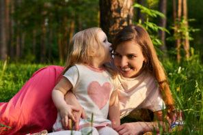 šeptání mamce doouška - komunikace sdětmi